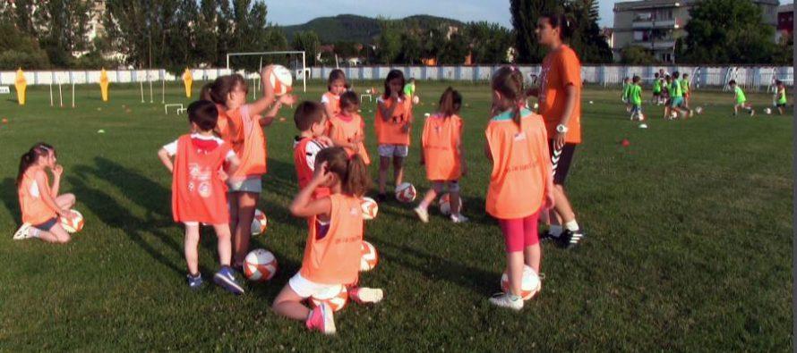 Prvi fudbalski korak knjaževačkih predškolaca (VIDEO)